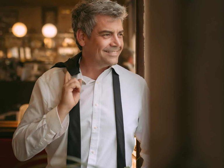 Álvaro de los Santos, el presentador del sorteo de la ONCE que confunden con George Clooney
