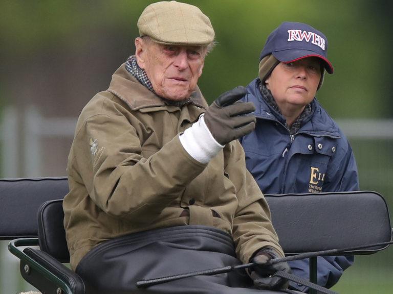 El duque de Edimburgo abandona Sandringham antes del gabinete de crisis por Harry y Meghan Markle