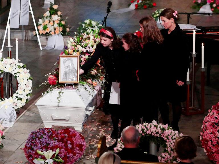 Dolor y lágrimas de sus hijas en el funeral de Ari Behn