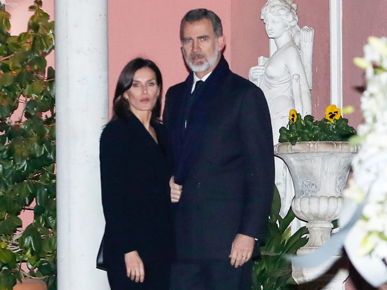Los Reyes Felipe y Letizia velan a la infanta Pilar, hermana del Rey Juan Carlos, en su casa