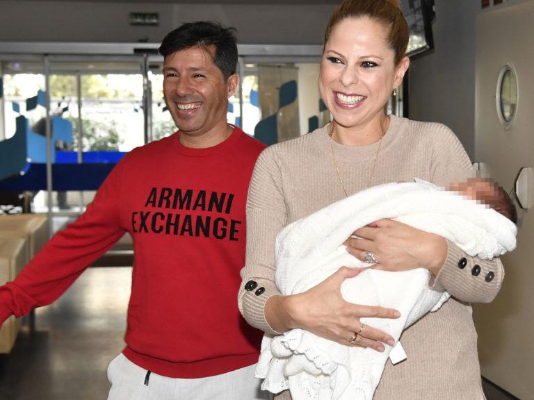 Pastora Soler abandona el hospital radiante con su hija Vega en brazos