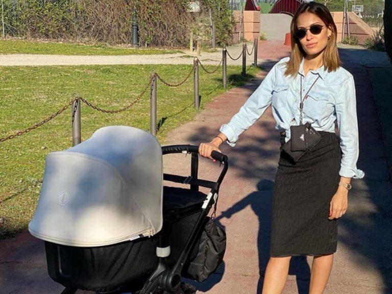 El primer paseo de Hiba Abouk con el pequeño Amin