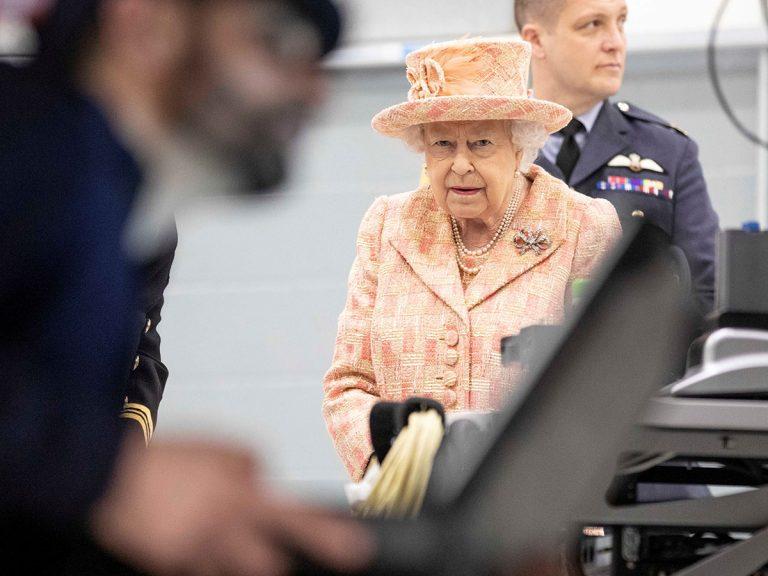La Reina Isabel II expulsa al príncipe Andrés, el príncipe Harry y Meghan Markle de la familia