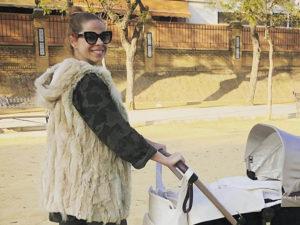 El primer paseo de Pastora Soler con su pequeña Vega