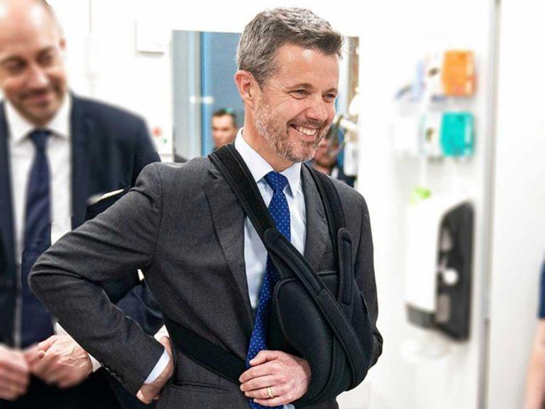 Federico de Dinamarca vuelve al trabajo con el brazo en cabestrillo