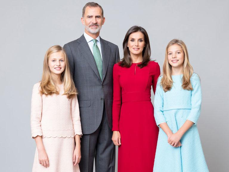 Los Reyes y sus hijas, la Princesa Leonor y la Infanta Sofía, renuevan sus fotos oficiales