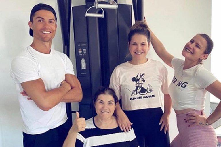 Fotos del día: Cristiano Ronaldo posa con su madre que se recupera del ictus
