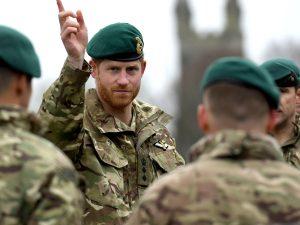El príncipe Harry planta cara a la reina Isabel II y se niega a renunciar a sus títulos militares