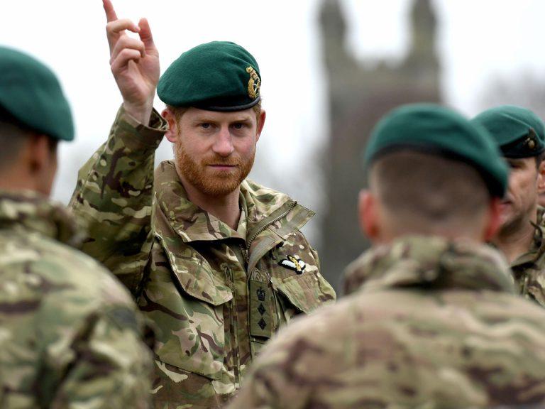 """El príncipe Harry, """"devastado"""" al verse """"obligado"""" por la reina Isabel II"""