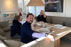 Haakon y Mette-Marit de Noruega nos invitan a cenar en su casa (te sorprenderá quién cocina)