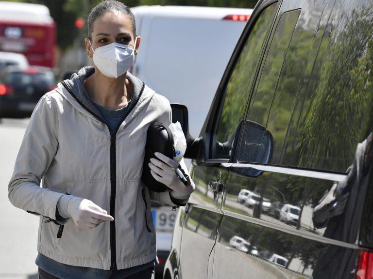 El divertido vídeo de Eva González limpiando el pomo de una furgoneta que no es suya por error
