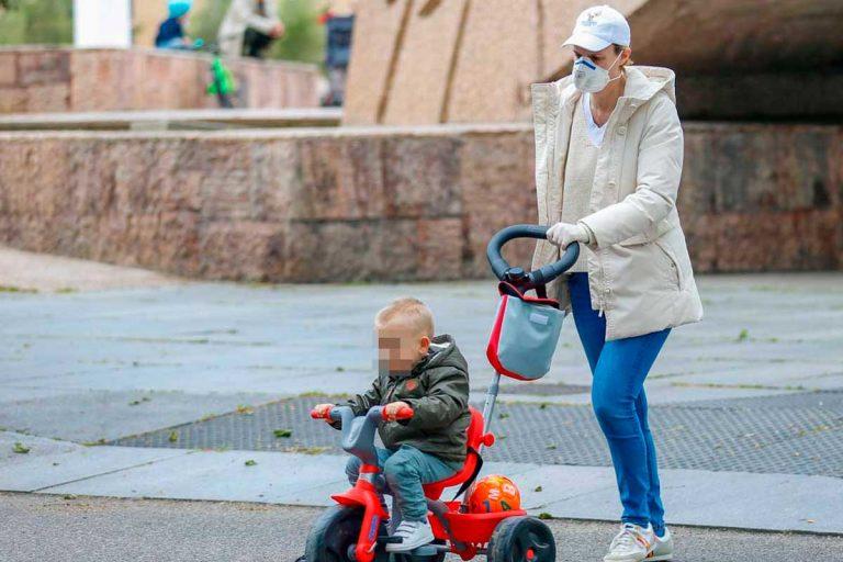 El divertido paseo de María Zurita con su hijo por las calles de Madrid