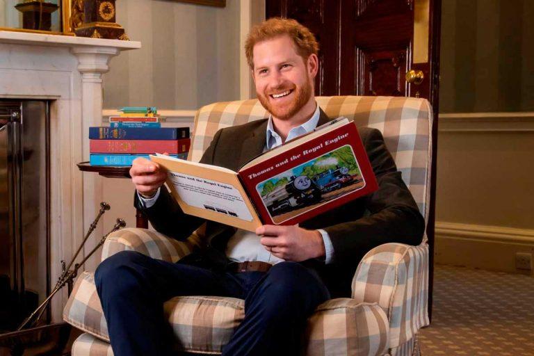 El príncipe Harry lee un cuento (y no exactamente para su hijo Archie)