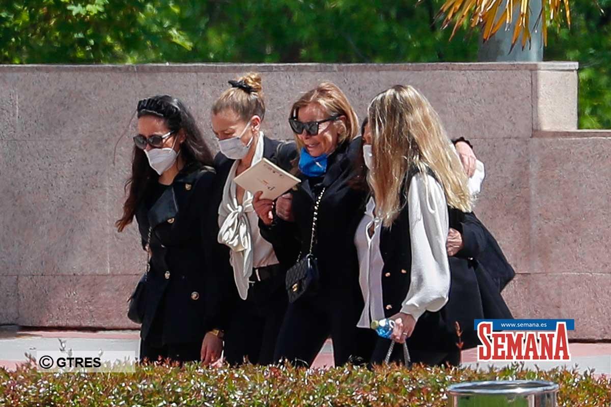 Ana Obregon con sus hermanas Celia y Amalia y Carlina Monje durante el entierro de su hijo Alex Lequio en Madrid