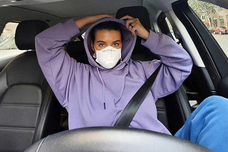 Alba Díaz protagoniza una polémica al llevar una mascarilla que no sirve
