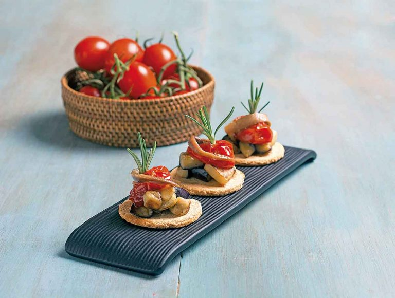 Canapés de berenjena, tomate confitado y anchoa