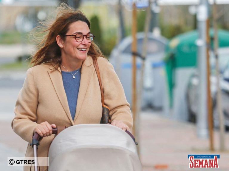 El relajante paseo de Toñi Moreno con su hija Lola por las calles de Madrid