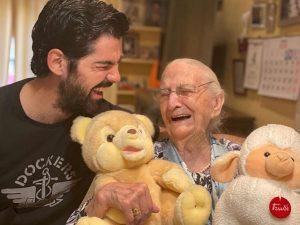 La historia de Miguel Ángel Muñoz y su 'tata' de 95 años llega a Estados Unidos