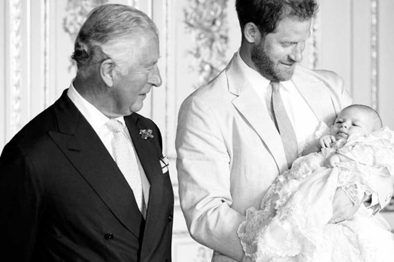 La foto nunca vista antes del príncipe Carlos para felicitar a su nieto Archie