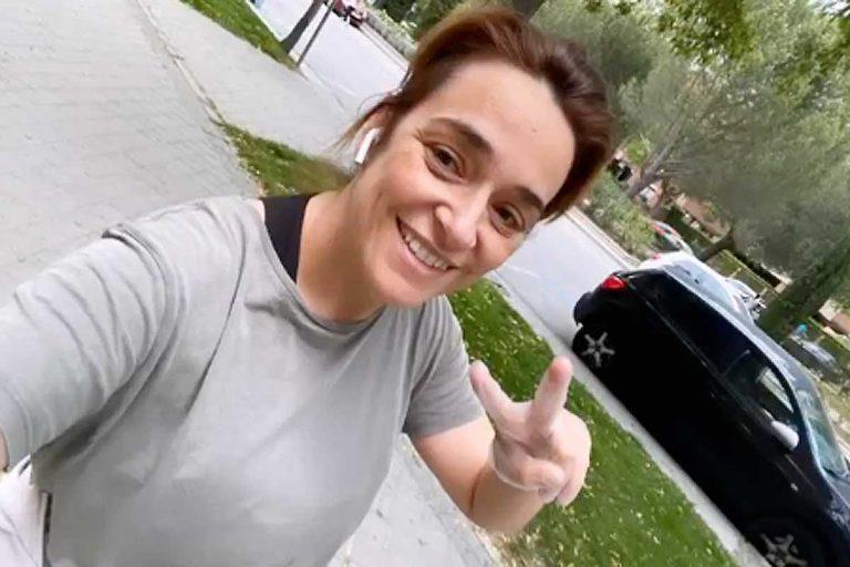 Fotos del día: la felicidad de Toñi Moreno al salir a dar un paseo a la calle