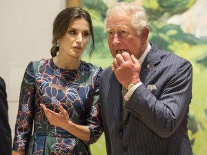 Preocupación (y bromas) por las hinchadas manos del príncipe Carlos de Inglaterra
