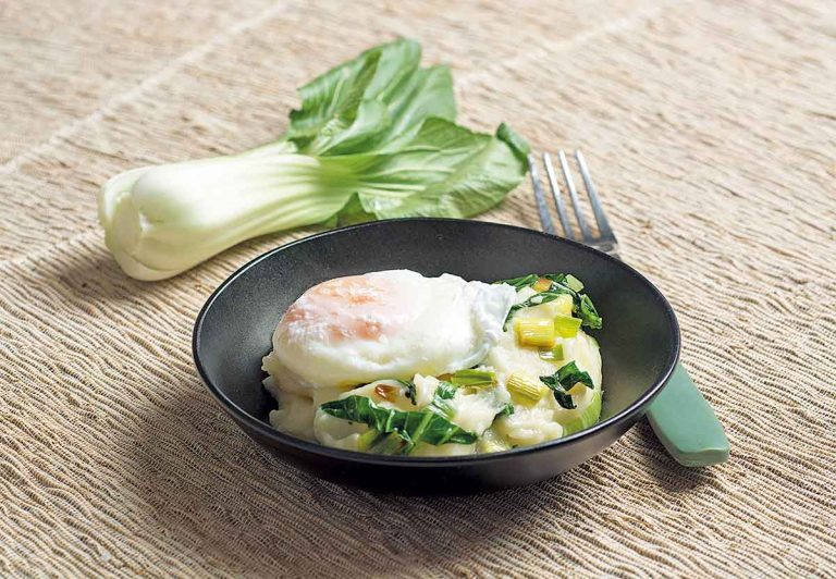 Huevos con puré de patatas, ajetes y pak choi