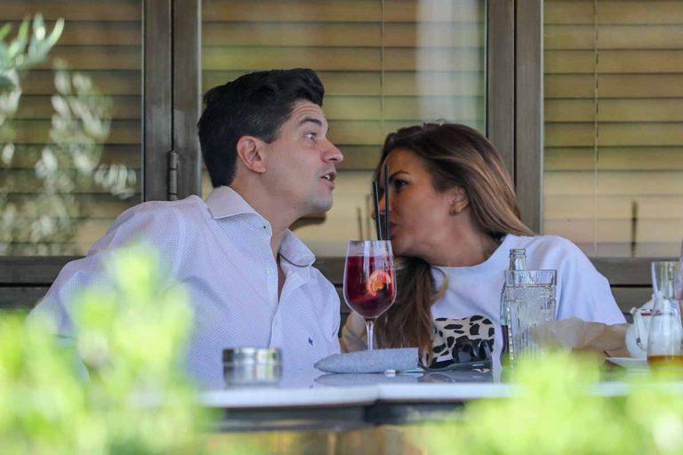 Marta López se divierte con un amigo en una terraza de Madrid