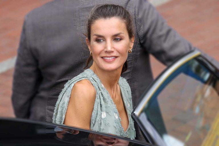 La Reina Letizia saca de su maleta un original vestido de Zara en Canarias