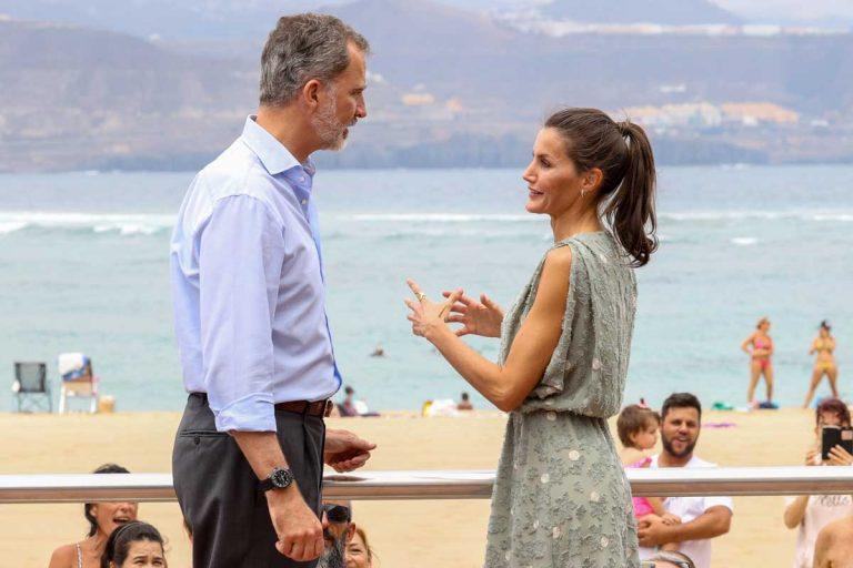 Los Reyes Felipe y Letizia se dan su primer baño de masas en Canarias