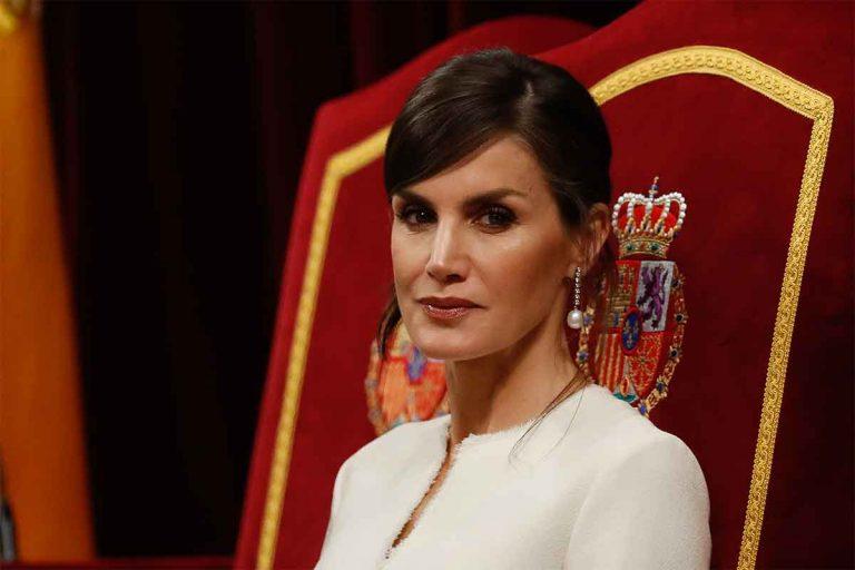 Estos son los estrambóticos regalos que ha recibido la Reina Letizia: desde un trompo hasta una linterna