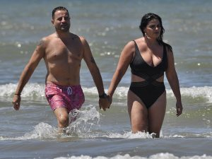 Marisa Jara pasea su amor por las playas de Cádiz mientras persigue su embarazo