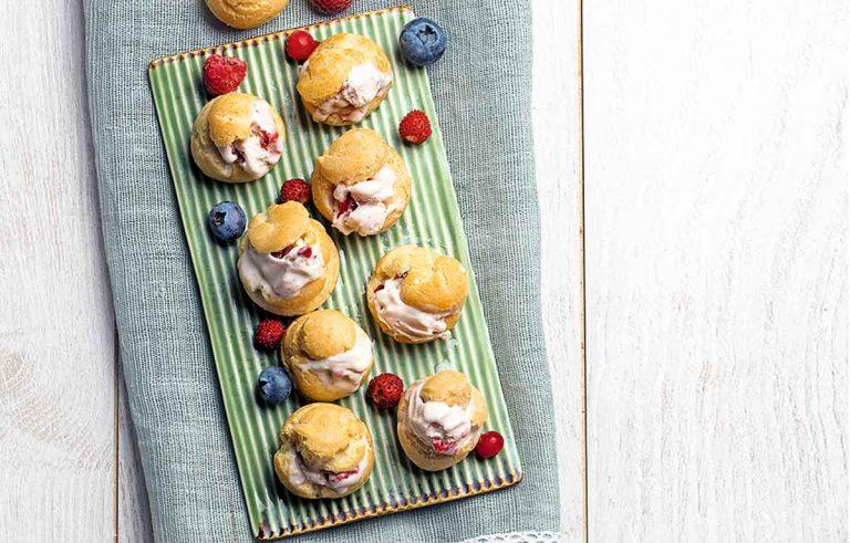 Petit choux con helado y frutas del bosque