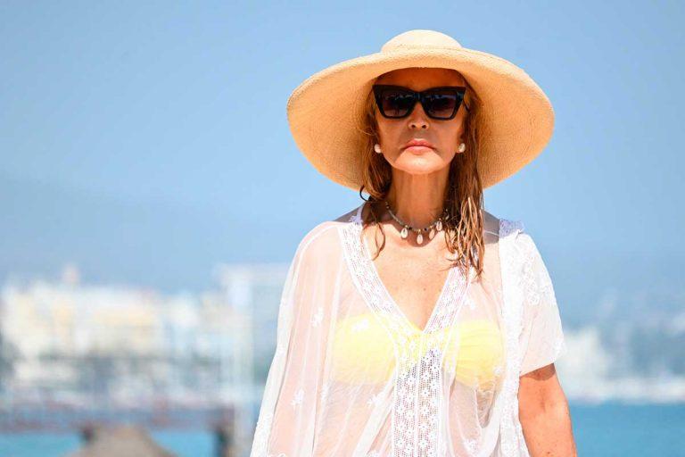 Carmen Lomana, impecable, en su día de playa en Marbella (con chapuzón incluido)