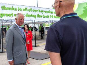 El príncipe Carlos, impasible ante el desmayo de un trabajador en un vídeo viral