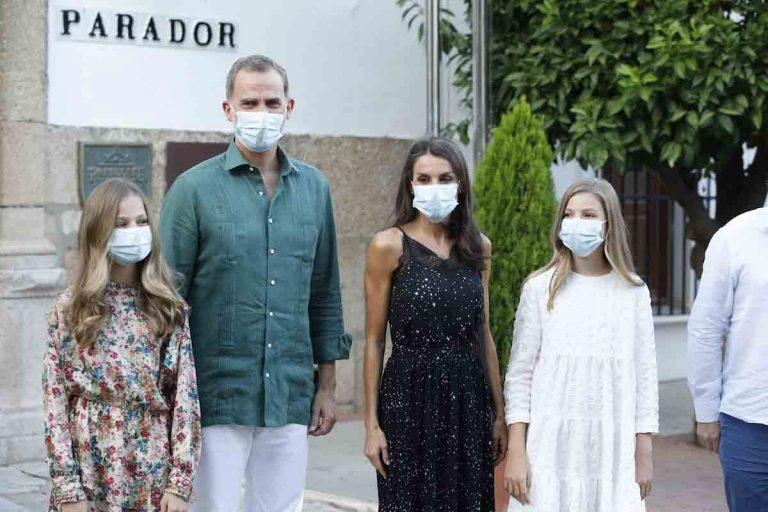 La Princesa Leonor y la Infanta Sofía, recibidas con vítores en su inesperada visita a Mérida