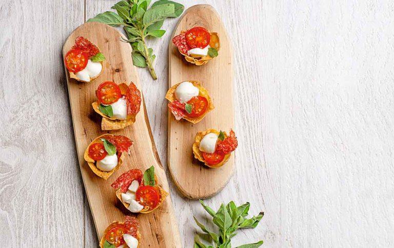 Tartaletas con mozzarella y tomate