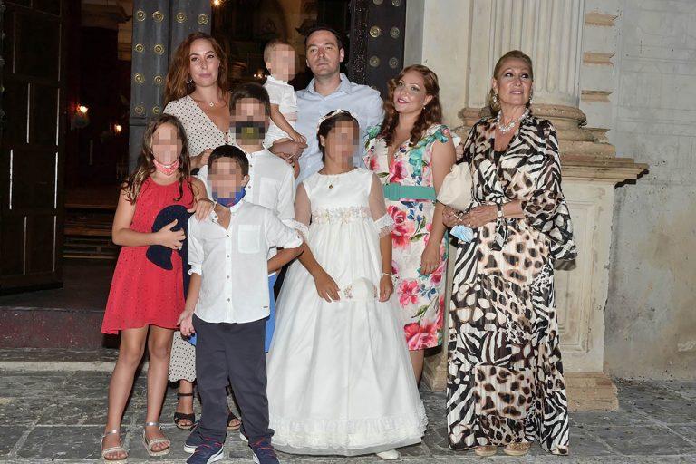 Rosa Benito disfruta junto a sus hijos, Rosario y Salva, de una comunión familiar en Chipiona