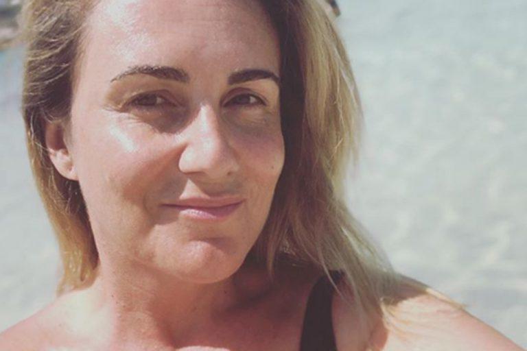 Fotos del día: El posado en bañador de Carlota Corredera en homenaje a Ana Obregón