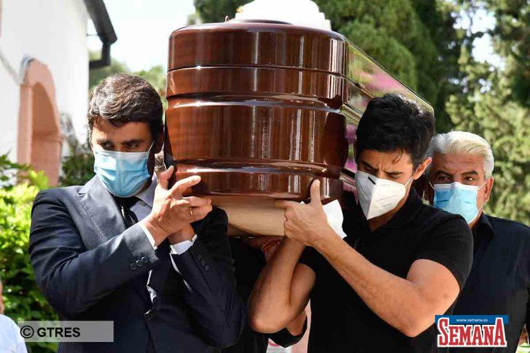 Jesulín y sus hermanos, consternados en el entierro de su padre, Humberto Janeiro