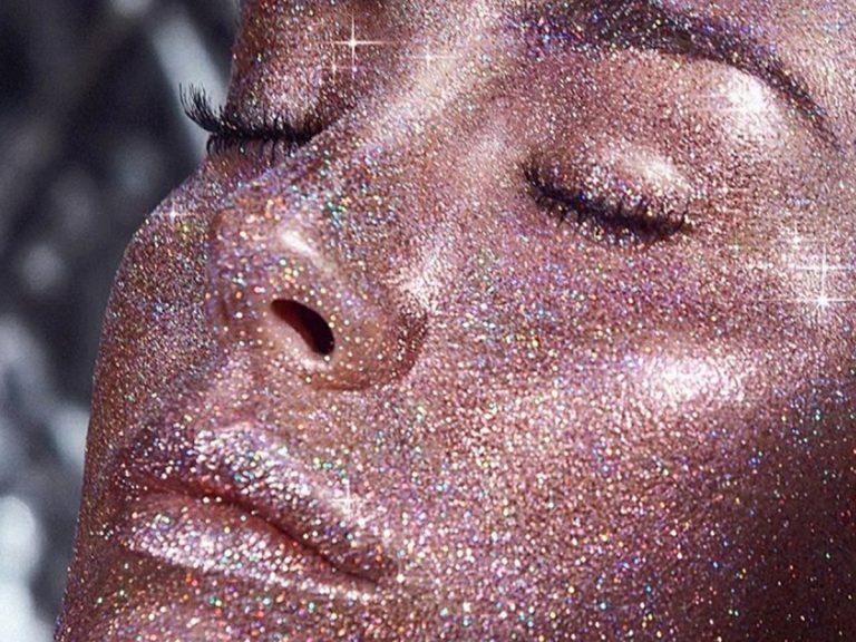 Blanca Suárez se llena la cara de purpurina por amistad