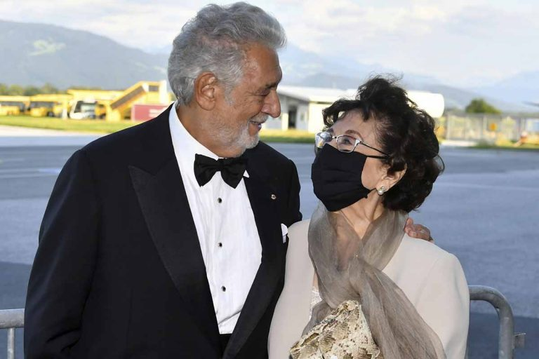 Plácido Domingo reaparece sonriente con su mujer: «Nunca abusé de nadie»