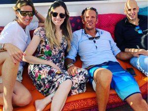 Fotos del día: el feliz reencuentro de Joaquín Prat y sus hermanos en Ibiza