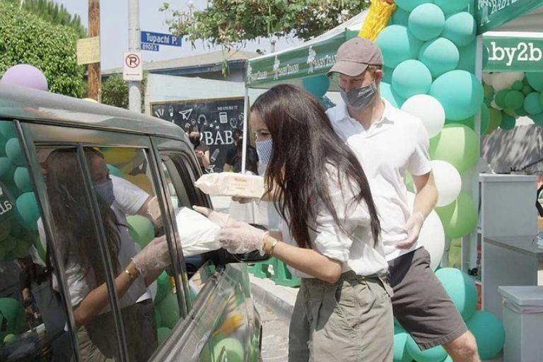 Meghan Markle y Harry de Inglaterra reparten material a las familias más necesitadas en plena calle
