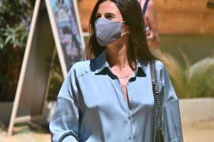 El look prepamá de Sandra Gago, con camisa de satén, en sus vacaciones