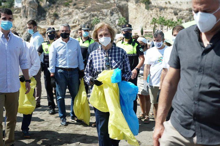 La tarea de la reina Sofía tras el huracán Corinna: limpiar la basura