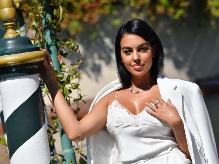 Fotos del día: la imagen que no esperas ver de Georgina Rodríguez planchando en casa