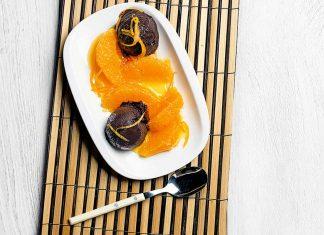 Helado de chocolate negro con salsa de naranja