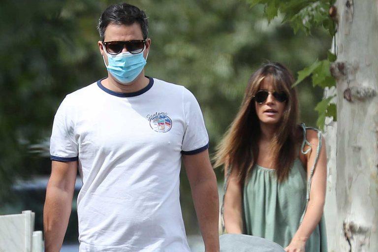 Isabel Jiménez presume de embarazo en un paseo familiar con su marido y su hijo
