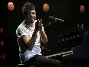 Pablo López recibe una pedrada en pleno concierto y lo interrumpe entre lágrimas