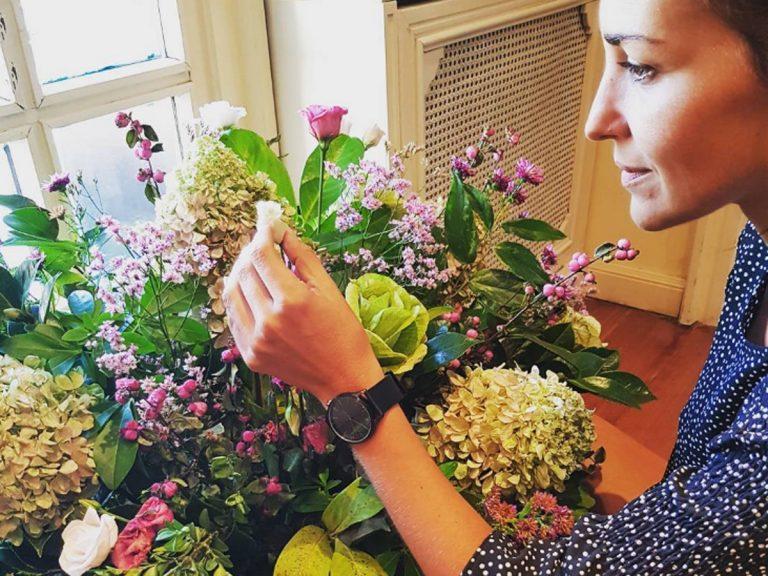 El enorme ramo de flores con el que felicitan a Paula Echevarría en su casa por su embarazo